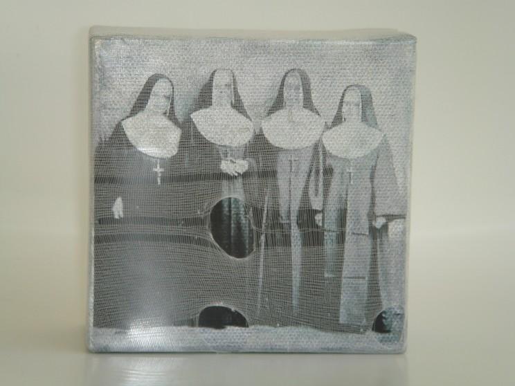 """o. t. (nonnen)"" - acryl/mischtechnik auf leinwand - 10 x 10 x 4 cm"