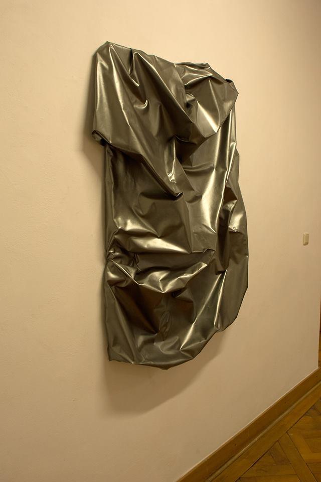 "newton ""sing lovesongs and carry steel"", gewebe, acryl, kunstharz auf leinwand, 130 x 100 x 20 cm"