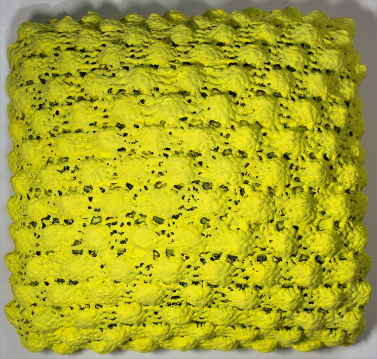 "newton ""10"" - strickgewebe, acryl auf holz, gepolstert - 40 x 40 x 15 cm"
