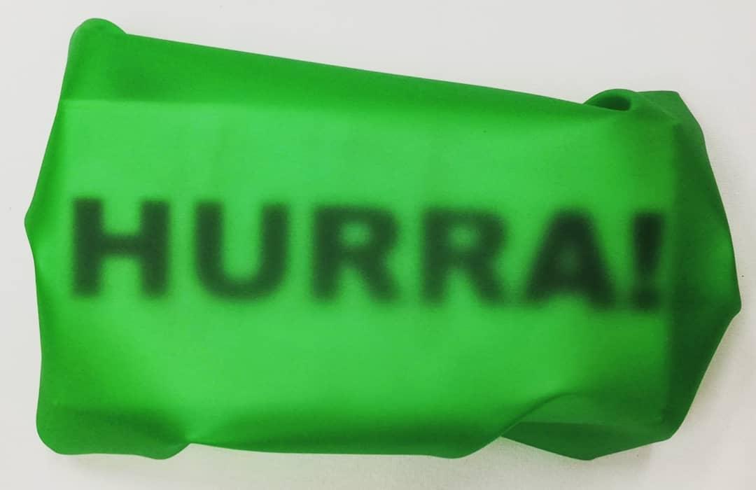 """newton air """"hurra!"""", papier, folie auf leinwand, 16 x 24 x 7 cm"""