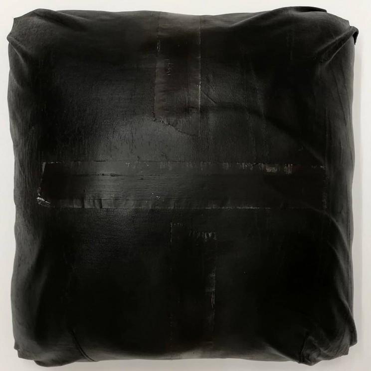 """flat jack """"11"""", gewebe, acryl auf holz, gepolstert, 40 x 40 x 22 cm"""