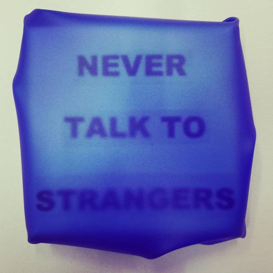 "newton air ""strangers"", papier, folie auf leinwand, 12 x 11 x 3 cm"